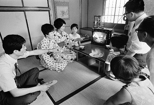 Una famiglia giapponese guarda la diretta tv dello sbarco sulla Luna della missione Apollo 11.